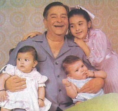 Raj Kapoor with Karisma, Kareena and Ranbir Kapoor.