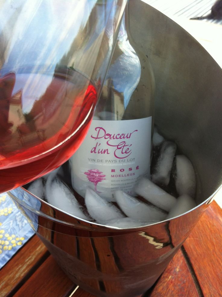 """il fait chaud c'est le moment d'ouvrir un rosé du Clos du Chène de la région de Cahors, """"Douceur d'un été"""" moelleux. C'est délicieux, bien frais ! #vin #bouteille #rose #seau #glacons #ete #vacances #barbecue #grillades #salades #aperitif #cahors #closduchene #caveosaveurs"""