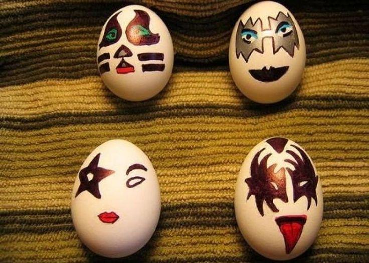 œufs de Pâques avec des dessins de visages effrayants