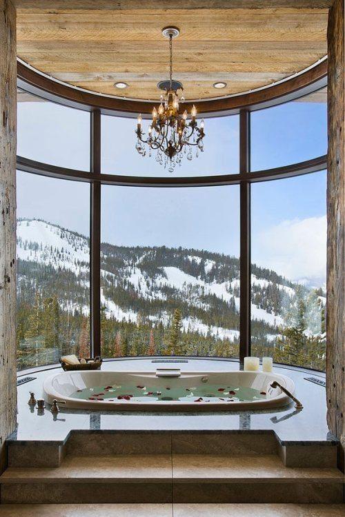 Salle de bain avec vue avec baignoire à remous