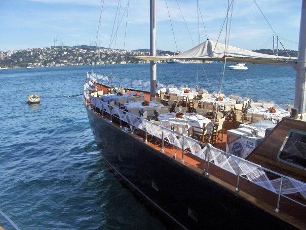 Özel günlerinizde ki yemek toplantılarını özel tekne üzerin de sunabilirsiniz.