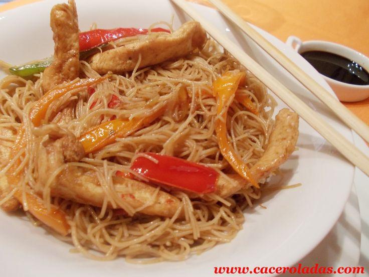 Caceroladas: Fideos de arroz chino fritos con pollo y verduras