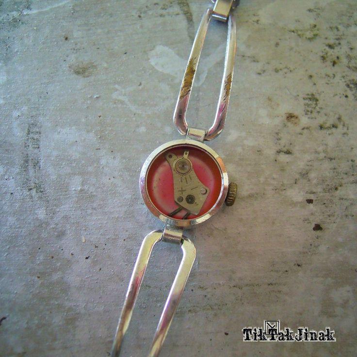 PIPI VE STŘÍBRNÉ KLÍCCE ... náramek To je Pipi. Bude všude s vámi, neuletí. Náramek vyrobený komplet ze starých zachovalých hodinek. Vnitřek pouzdra od starých hodinek je zalitý vrstvou křišťálové pryskyřice (imitace skla), která ho chrání od prachu a zajišťuje jeho dlouhou životnost. Šířka samotného pouzdra je cca 1,8 cm. Barva stříbrná, místy ošoupaná, s ...