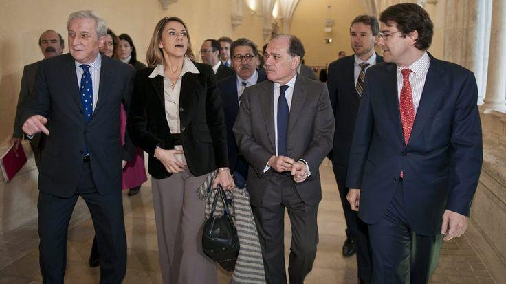 El presidente de la Cámara de Comercio de Burgos, Antonio Méndez Pozo (i); la secretaria general del Partido Popular, Maria Dolores de Cospedal