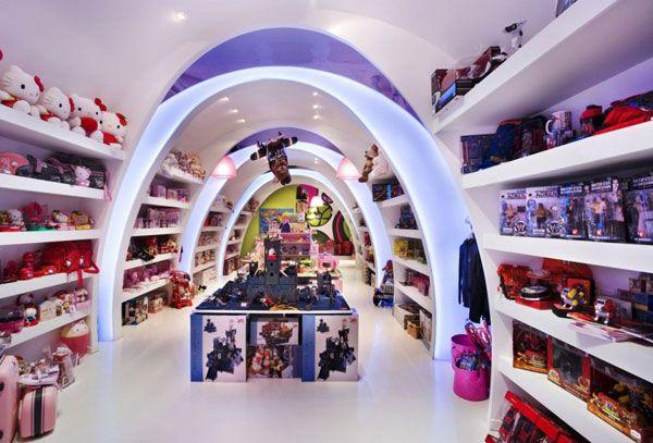 Tasarımcı tarafından cepheden başlayarak çizgi filmleri havasında tasarlanan oyuncak mağazası tasarımı çoçuk müşterileri çekmek için ideal bir tasarım olmuştur.