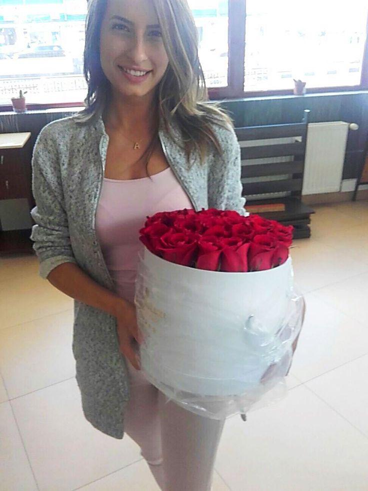 Cutiile cu Flori de Lux impresioneaza prin eleganta, rafinament si calitatea premium a trandafirilor folositi. Florile din cutiile noastre de ⭐⭐⭐⭐⭐ rezista pana la 14 zile!