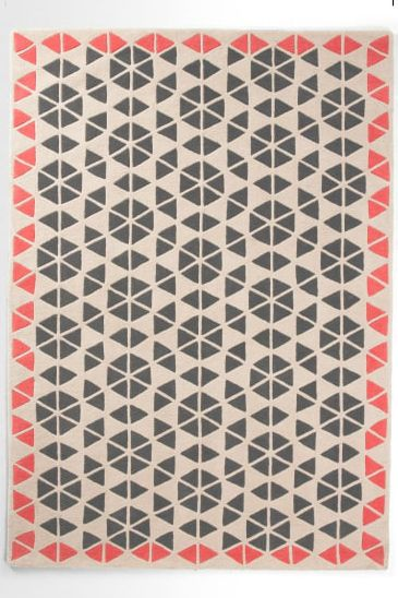 Trio Teppich in Anthrazit & Korallenrot. Dieser moderne Teppich spiegelt den typischen Stil von Genevieve perfekt wider. Sie liebt geometrische Formen und kreative Farben – Trio ist der beste Beweis.