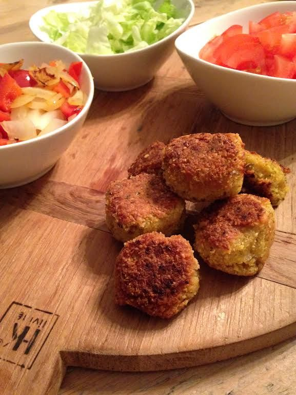 Falafel zijn balletjes gemaakt van kikkererwten met verschillende kruiden die vaak gefrituurd worden.
