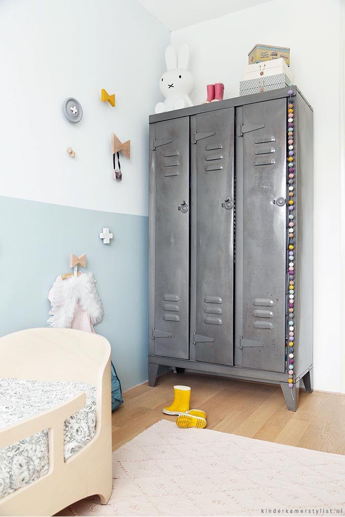 Leuke muurdecoratie en deze stoere kast laat zien dat een meisjeskamer echt niet zoetsappig hoeft te zijn!