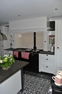 Maatwerk keuken geplaatst in Wehl, in kleur gespoten, gebrand belgisch hardsteen werkblad met Engelse sink, P&R keukenkraan en AGA fornuis