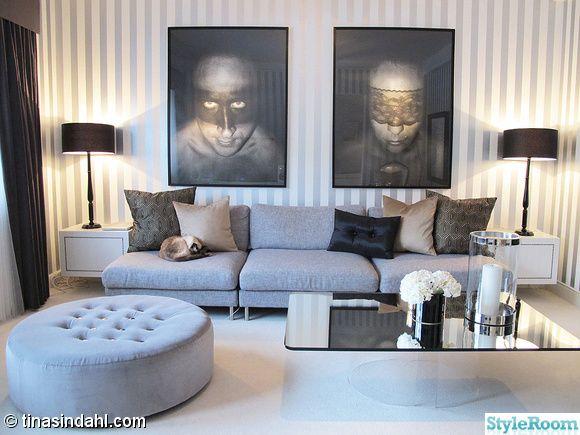 spegel,soffbord,soffa,grå,randig,tapet,blommor,vas,konst,tavla,foto,gardin,matta,vardagsrum,puff,ottoman,fotpall,kuddar,bordslampa