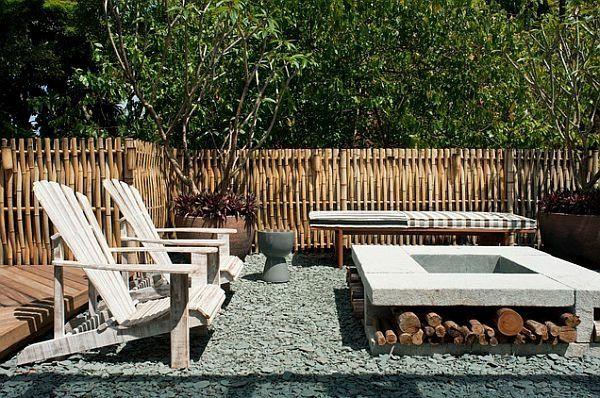 Palissade de jardin en bambou et foyer centrale en béton