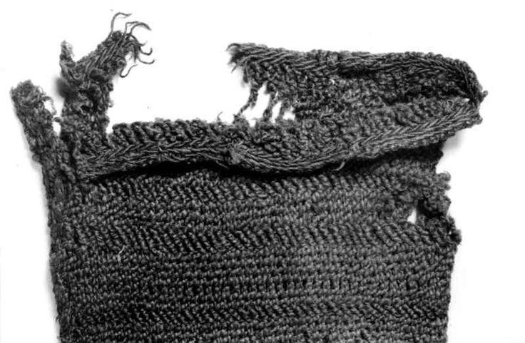Digitalt Museum - Spranget strømpelgg eller erme med detalj av brikkevevd kant. Teglefunnet fra eldre jernalder. Time, Jæren, Rogaland.