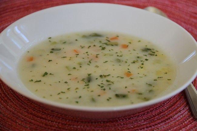 Sebze çorbası içinde birçok sebze bulunur. Patatesten havuca fasulyeden kabağa kadar birbirinden lezzetli ve birbirine yakışan sebzeler bir araya getirilerek hazırlanır.