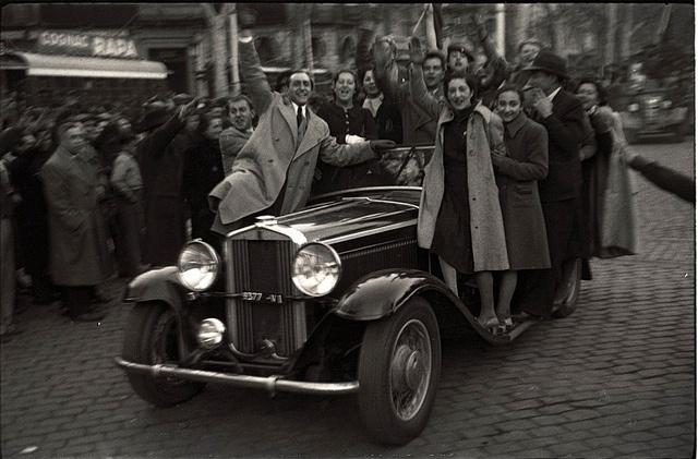 Branguli-Habitantes de Barcelona celebran la toma de Madrid y el fin de la guerra en el Paseo de Gracia, en 1939    photo by Josep Branguli Soler