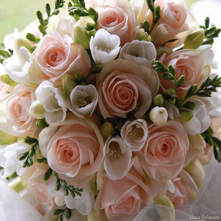 svatební kytice růže a frézie - Hledat Googlem