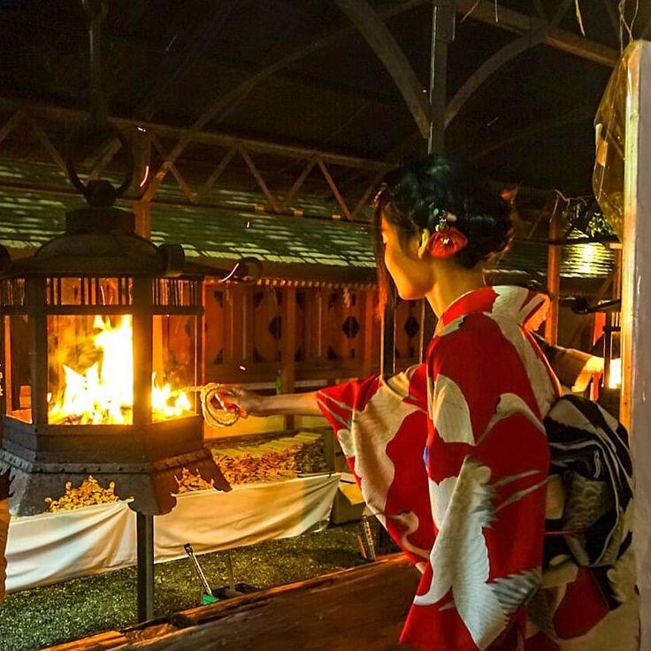 Yasaka Shrine 31/12/2017 Okeramairi festival The worshipers will transfer the bonfire called Okerabi to a rope called kitchyonawa. You will take it home while keeping this fire . It is said that you can spend the health that year when making breakfast using this fire on 1/1. 八坂神社 31/12/2017 おけら詣りは、京都の冬の風物詩です。 参拝者はおけら火と呼ばれるかがり火を、吉兆縄と呼ばれる火縄に移します。 この火を消さないようにしながら家に持ち帰ります。 1/1にこの火を使ってお雑煮を作るとその年無病息災で過ごすことができると言われています。 #八坂神社 #Yasakashrine #おけら詣り #京都観光 #coolJapan #Kyototrip #KyotoJapan #Kyototra...