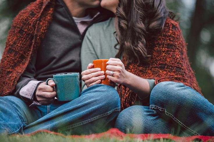 Fall engagement pictures with blankets and coffee! @Rosemarie Quinones with our mrs and mr mugs