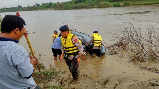Tim SAR Brimob Polda Metro Jaya Cari Korban Hanyut di Sungai Citarum Cikarang, Bekasi