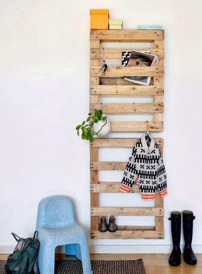 Les palettes en bois se transforment en étagère pour l'entrée - 18 idées pour recycler des palettes en bois - CôtéMaison.fr