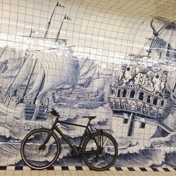 De 110 meterlange fiets- en voetgangerstunnel bij het Centraal Station in Amsterdam, ontworpen door Benthem Crouwel Architekten in samenwerking met Merkx + Girod, bestaat uit 2 C-vormige delen, die de voetgangers van de fietsers scheiden. De tunnel is een verbinding tussen het IJ en de binnenstad en het ontwerp voor de decoratie van Irma Boom bestaat uit een sterk vergrote weergave van een achttiende-eeuws tegeltableau van Cornelis Bouwmeester