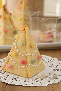 Alberelli di Natale di biscotto - Brodo di coccole #natale #biscotto #caramelle #pastiglieleone #brododicoccole
