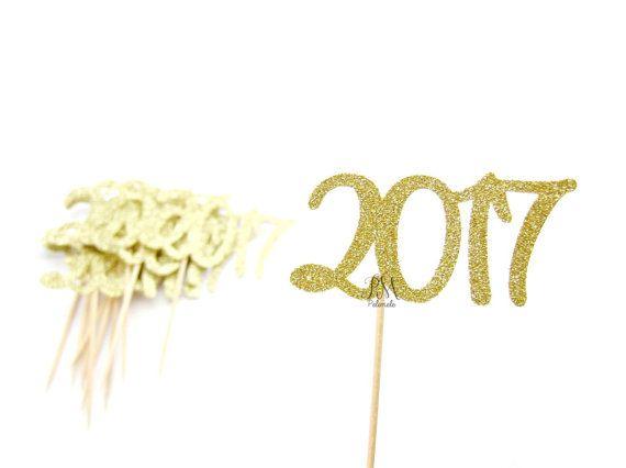 De kleine gouden glitter 2015 Cupcake Toppers zijn ideaal voor cupcake en taart decoratie.  Deze aanbieding is voor een set van 12 cupcake toppers.  * Gelieve zijdig opmerking * de cupcake toppers zijn niet dubbel. De de achterkant van de cupcake toppers is gewoon wit.  Als u een ander bedrag van cupcake toppers nodig of een andere kleur Stuur een bericht met het bedrag u wil, en ik ben blij te maken van een aangepaste lijst voor u!  ~♥~♥~♥~♥~♥~♥~♥~♥~♥~♥~♥~♥~  Om terug te keren naar mijn…