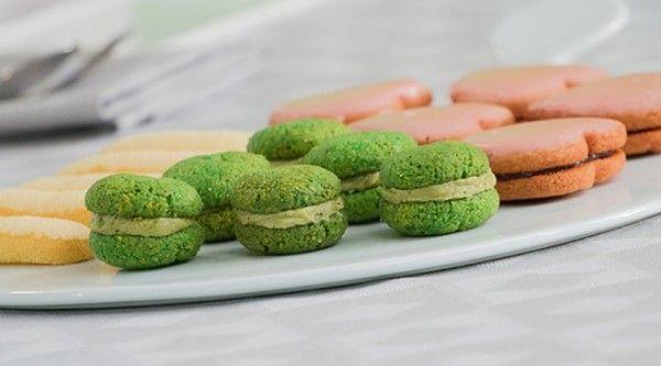 Ingredienti per i savoiardi: 150 g di tuorli, 75 g di zucchero, 1 baccello di vaniglia, 225 g di albumi, 90 g di zucchero, 90 g di farina 00, 75 g di fecola.
