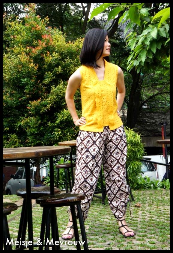Kutu baru in turmeric colour and jaipur style pants made from batik tjap jogja. Please add facebook: Meisje & Mevrouw for our complete collections or order