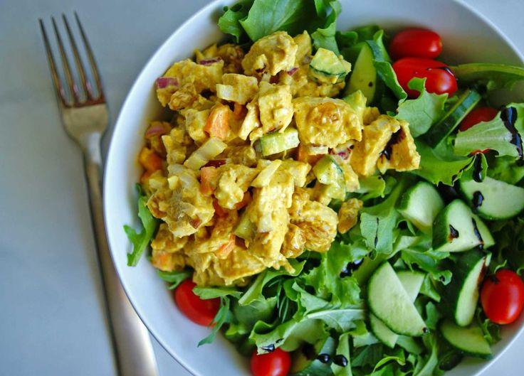 Salade de poulet au cari et yogourt :http://roxannecuisine.com/recette/salade-de-poulet-au-cari-et-yogourt/