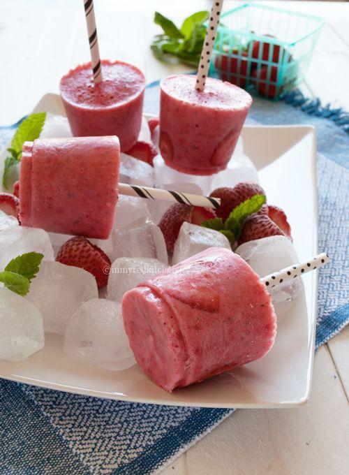 Aardbeien yoghurt ijsjes met munt, het is zomer!   in my Red Kitchen