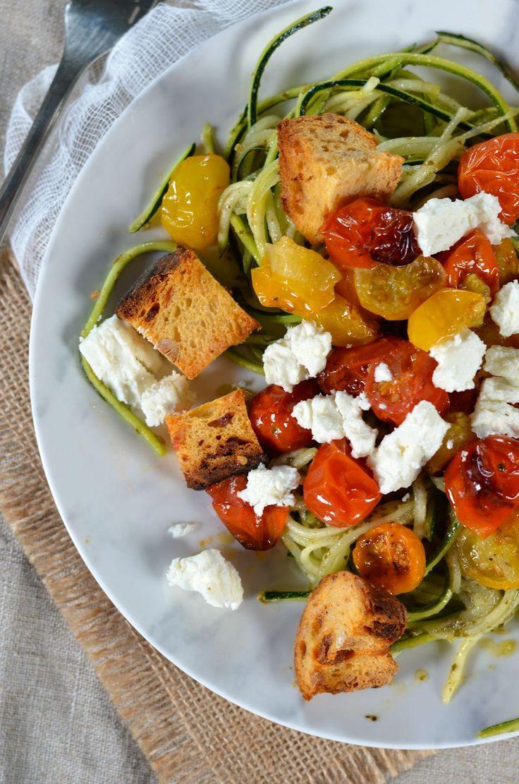 Spaghetti de courgette au pesto, tomates rôties, feta et croûtons - Recette facile et végétarienne, idéale pour profiter des parfums et légumes d'été en toute simplicité !