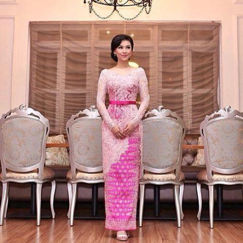 Looking chic in different shades of pink. Loving the metallic sash and asymmetrical front. 💖  Regram from @cindyherin (in @verakebaya. Thank you.  #kebayainspiration #kebaya #Indonesia