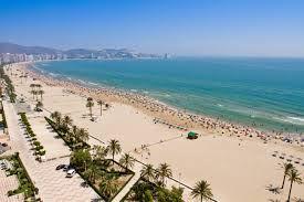 La playa del Puerto de Sagunto se encuentra al norte del Puerto de Sagunto en Valencia, España.