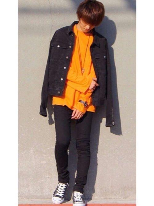 デニムジャケット×オレンジロンT×黒スキニー モノトーン×オレンジ🍊 全体的に黒で固めることでオレ