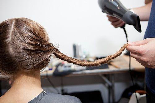 Droog het haar en maak een rol.www.lemage-shop.nl