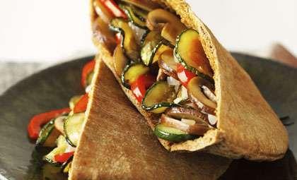 Receta de verduras salteadas en pan pita integral - Dr. Oz - AARP en español