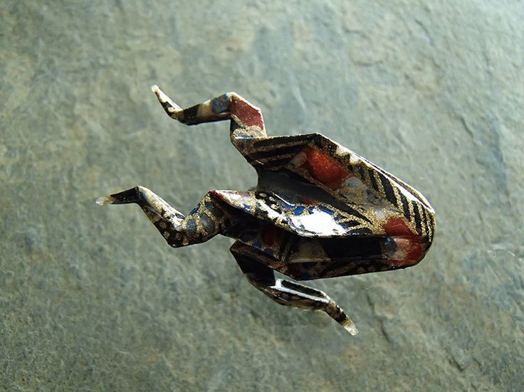 brooch origami frog-blackbrown and gold-broche grenouille en origami 折り紙ブローチ by OrijujuShop on Etsy