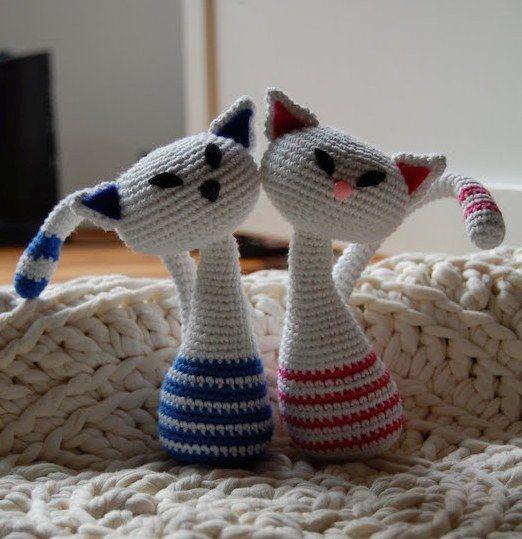 Вязаные влюбленные кошки. Автор Petra Sundberg ( crochetra.se ). На фото мордочки кошек оформлены с помощью фетра, но можно оформить по В...