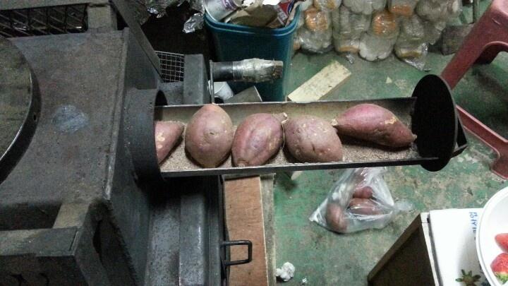 정겨운 장작난로에 고무마를 굽기