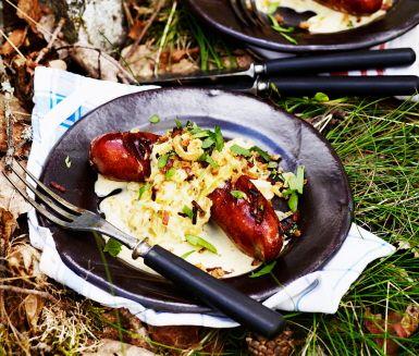 Recept: Syrligt gräddig vitkål med enbärskorv och lökströssel