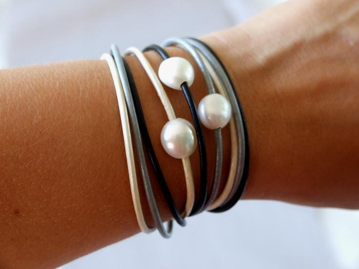 Pulsera de cuero con perlas cultivadas.