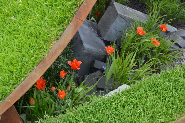 Great combination of materials, slate, metal, grass & Tulips on the World Vision garden by John Warland.