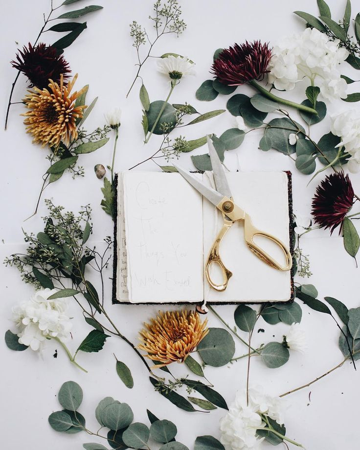 Flatlay Photography styling inspiration | Gorgeous floral flat lay.