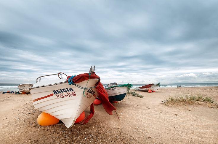 Paisaje de costa en Cadiz (Spain) Boats in the beach (Cadiz, Spain)