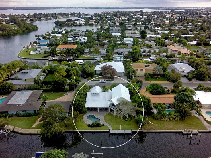 3 Oars Is A Beautiful Canal Front Anna Maria Island Vacation Rental This House Is Perfect For Those W Florida Vacation Island Vacation Rentals Bradenton Beach