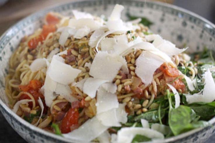 Ook een chef heeft soms weinig tijd om te eten. Deze eenvoudige pastaschotel maakt Jeroen regelmatig voor zichzelf klaar. Het gerecht is ideaal om na een drukke werkdag het hele gezin een snelle en smakelijke hap te serveren.