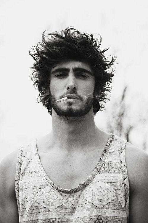 Pinta skater/surfista, barba, cabelo escuro e fumador