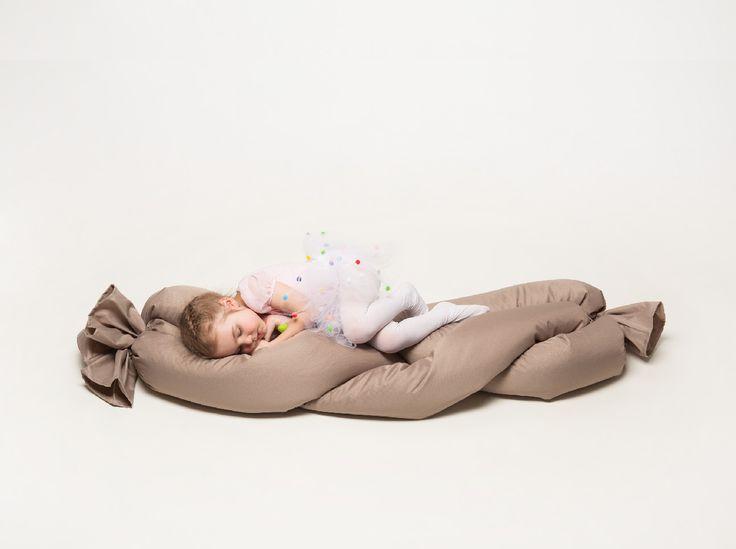 """Hravý copánek pro děti - PROVAZ DESIGN - 35% """" ŽIVĚ NA MOBITEX 2013 """" hravý copánek na sezení, hraní i válení pro děti, je z kolekce sedacích taburetů a křesel inspirovaná principem pleteného provazu. Vhodný je pro outdoor a indoor použití. Výplň tvoří polystyrenové kuličky EPS s atestem, vhodné pro alergiky, barevnost je volitelná. materiál: 100% polyester, barva: ..."""