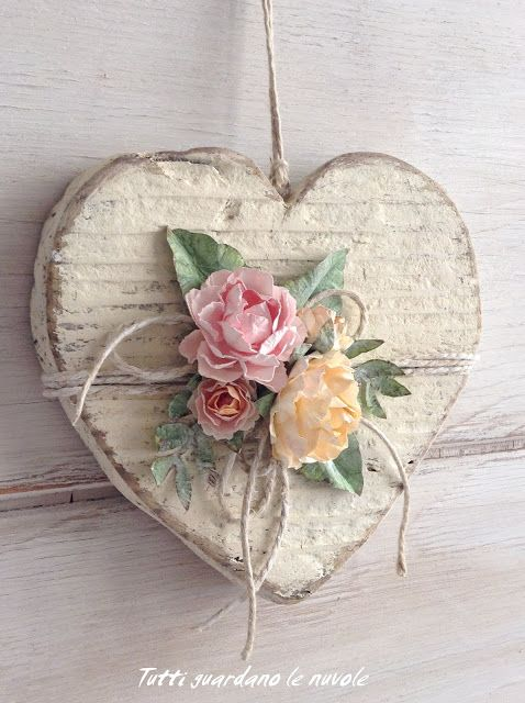Tutti guardano le nuvole: Wooden heart with paper flowers.